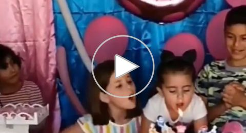 مقطع طريف لغيرة طفلة من أختها يحصد اهتمام رواد مواقع التواصل حول العالم