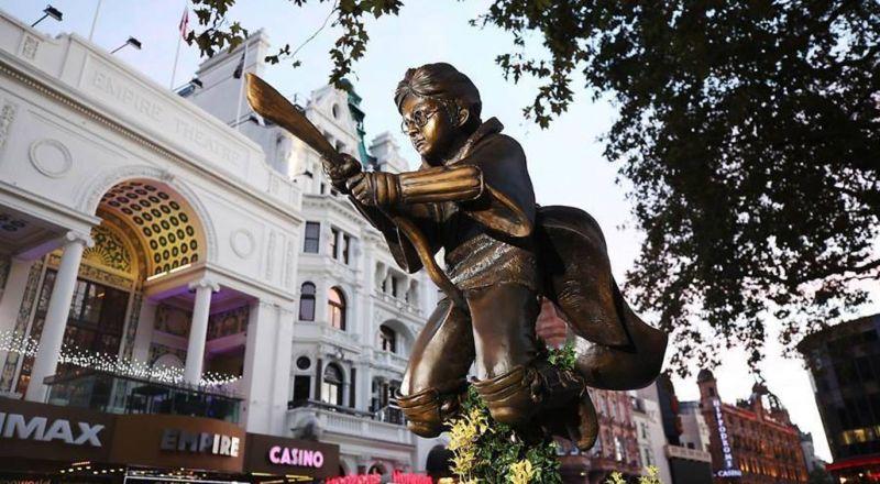 هاري بوتر يطير بمكنسته في فضاءات لندن