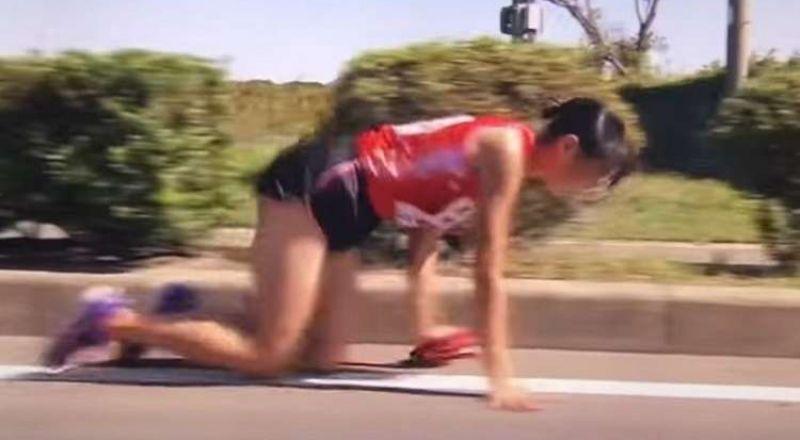 بالفيديو.. عداءة يابانية تسير على ركبتيها لتسلم العصا في سباق للتتابع