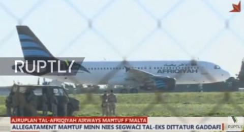 اختطاف طائرة ليبية بركابها وإجبارها على الهبوط في مالطا وأنباء أن الخاطفين من أنصار القذافي