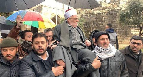 رغم المنع الإسرائيلي.. خطيب الأقصى يدخل المسجد محمولا على الأكتاف
