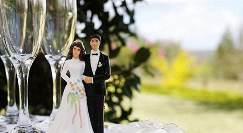 قصير وجريء.. فستان زفاف زوجة الفنان يعرضها للإنتقاد