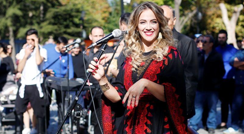 دلال ابو آمنة تغني مزيج من التراثين التركي والفلسطيني