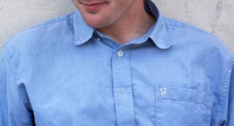 لماذا يكون الجيب على الجهة اليسرى من القميص عادة؟