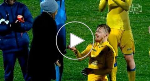 لاعب روسي يطلب يد صديقته للزواج في الملعب !