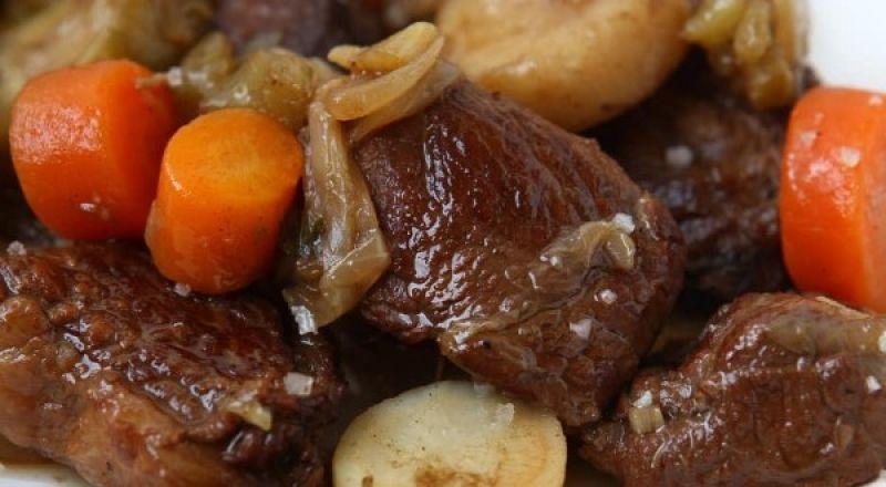 طبق لحم فاخر من يخنة البقر بصلصلة غنيّة