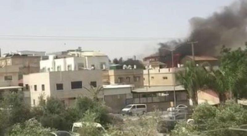 حريق يتوسع بين البيوت في رهط وخطر انهيار على أحد المنازل!