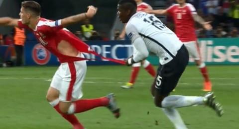 لاعبو فرنسا مزقوا قمصان ثلاثة لاعبين من سويسرا