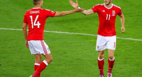 ويلز تنتزع صدارة المجموعة من انجلترا وتتأهل للدور الثاني لأول مرة في تاريخها