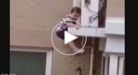 بالفيديو.. رجل ينقذ طفلا من الموت بعد سقوط مخيف