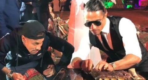 نيمار يرش الملح ويأكل من يد الطباخ التركي الشهير
