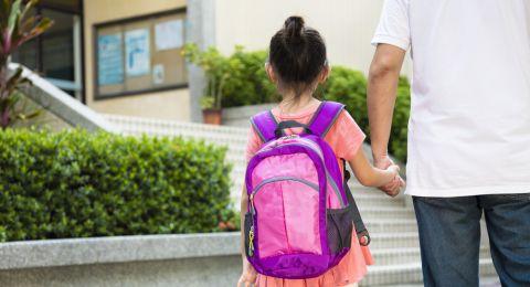 مشاركة طفل في الروضة في فعاليات احتفال في المدرسة