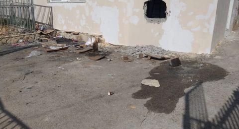 مجهولون يقومون بأعمال تخريب في مخزن قيد الترميم في قرية طرعان ويحطمون نوافذ المكتبة العامة