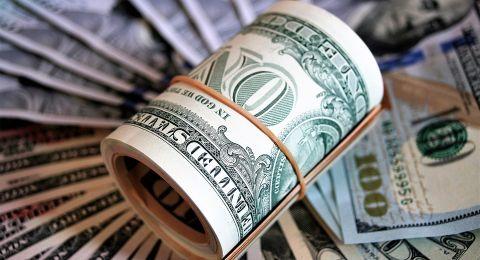 الدولار قرب أعلى مستوى بعد خفض صندوق النقد توقعات النمو