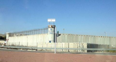 عوفر: 1200 أسير يبدأون إضرابًا عن الطعام ويرفضون الاجتماع بإدارة السجن