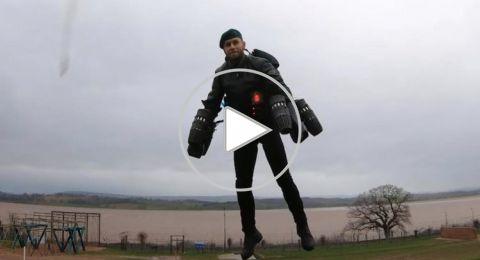 اختراع بدلة مدهشة تمكن مرتديها من الطيران
