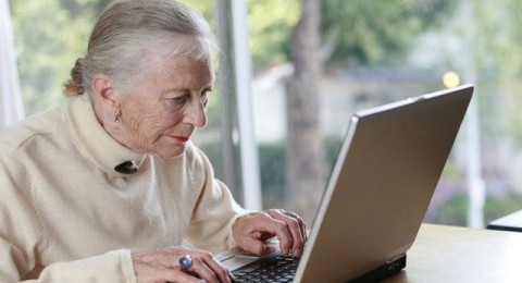 بحث: الانترنت يرفع مزاج المسنين