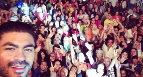 خالد سليم يلتقط selfie مع جمهوره