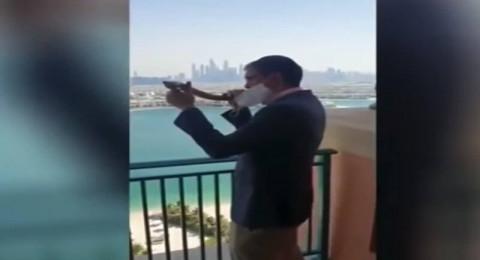 حاخام يهودي يمارس طقوسه الدينية وينفخ الشوفار في دبي بمناسبة رأس السنة العبرية