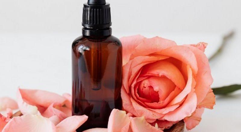 فوائد زيت الورد للهالات السوداء سحرية