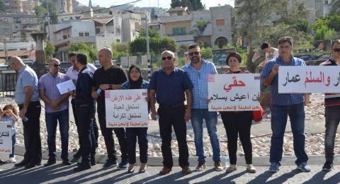 الرينة: موظفو وأعضاء المجلس يتظاهرون احتجاجًا على الاعتداء على زميلهم