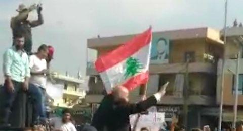 لبنان: حملوه على الأكتاف واحتفلوا به.. عريس في قلب الثورة!