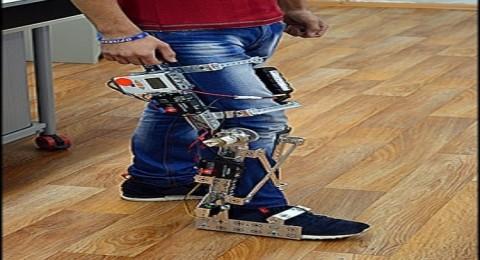 فتى يخترع قدما اصطناعية لمساعدة المشلولين