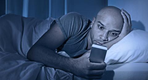 ماذا يحدث لك عندما تتصفح هاتفك قبل النوم؟