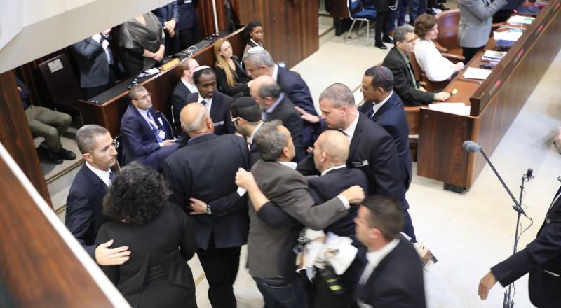 مناوشات في الكنيست وإخراج النواب العرب بعد رفع صور القدس في وجه نائب ترامب