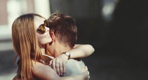 كيف يمكن للعناق أن يحل المشاكل بين الأزواج؟