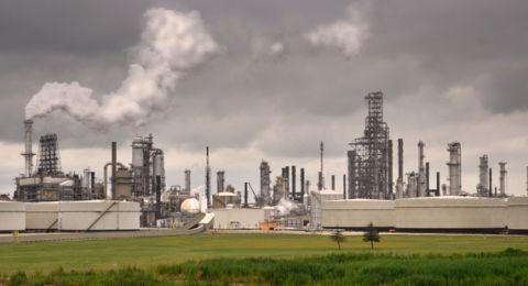 النفط يهبط رغم اضطراب الملاحة في قناة السويس