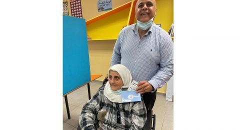 الحاجة أم الخالد زعبي (90 عامًا) تفتتح التصويت .. المشتركة: نصوّت على البكّير.. نتنياهو بطير!