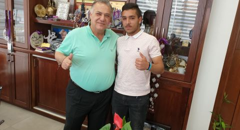 يزن نزار عبد الجواد الفائز بمسابقة ستار كيدز يزور رئيس البلدية