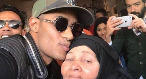 سيدة تحتضن محمد رمضان: محدش يشيل إيدى من وراه