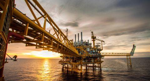 النفط يقفز لذروة 2019