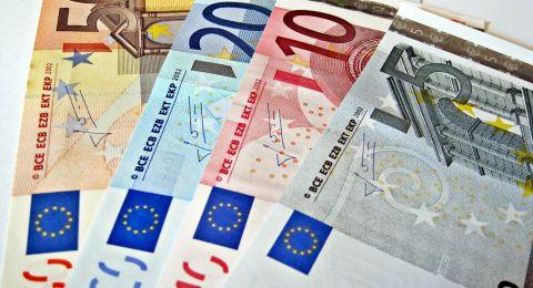 الدولار يدفع مؤشر عملات الأسواق الناشئة إلى أدنى مستوى