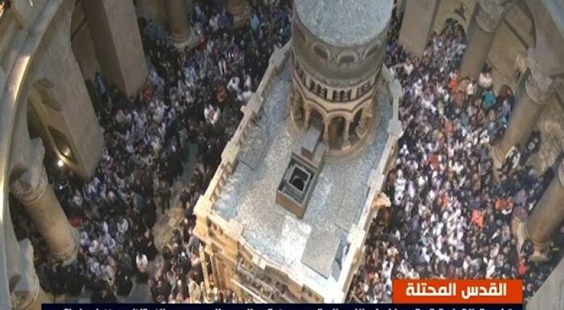 القدس: المسيحيون يحتفلون بسبت النور والاحتلال يمنع دخول المصلين