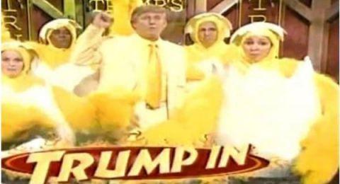 شاهد .. ترامب يرقص ببدلة صفراء وسط دجاجات في إعلان