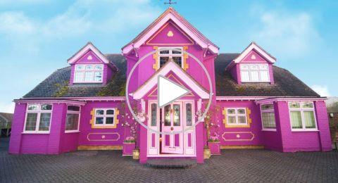 امرأة تُحوّل منزلها إلى مكانٍ خيالي باللون الوردي.. وتستقطب المشاهير!