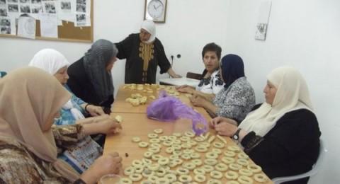 عضوات النوادي النسوية بالناصرة يصنعن كعك العيد