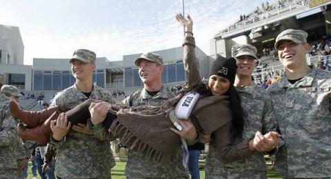 ريما فقيه في أحضان الجنود الأمريكيين!