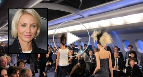 كاميرون دياز تعرض الأزياء على متن طائرة