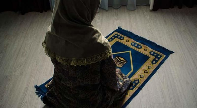 هل يجوز للمرأة إمامة زوجها في الصلاة بالمنزل؟
