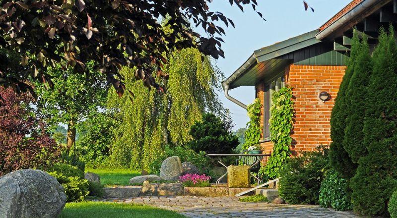 أفكار منوّعة لديكورات حديقة صيفية