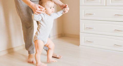 المشي حافي القدمين للطفل أفضل من الأحذية الطبية!