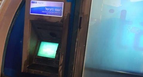 احراق الصراف الآلي ومدخل بنك
