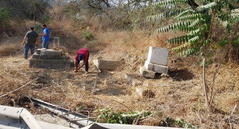 تجمع شباب عائدون ينظم فعاليات تتظيف مقبرة قالونيا المهجرة