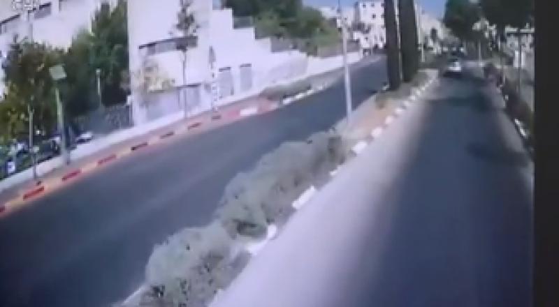 شاهدوا: سائق حافلة يفقد السيطرة ويتسبب بكارثة قرب القدس