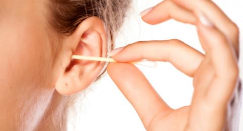 3 طرق آمنة لإزالة الشمع المتراكم بالأذن