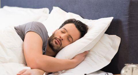 منها اللوز والكيوي.. 5 أطعمة تضمن لك نوما هانئا